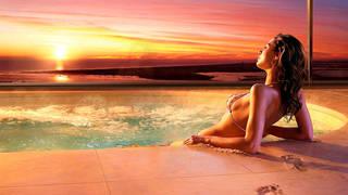 Creative foto della ragazza in piscina